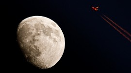 Commercial jetliner in sunlight flies close of moon par howardignatius cc: by-nc/2.0/