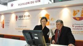 photo de Clotilde Richalet du pavillon du vin avec Marie-Christine Tarby Maire de Vin & Société et MIchel Baldassini du BIVB