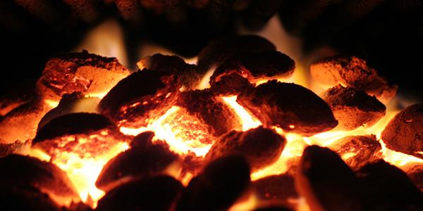 allumer le feu d un barbecue avec une bouteille de vin explications en vid o avec la. Black Bedroom Furniture Sets. Home Design Ideas