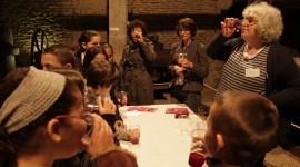 Dégustation pédagogique avec les enfans de jus de raisin - Photo Aurélien Ibanez