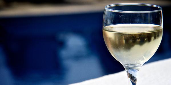 Vid o il r alise un mini bar dans sa piscine pour for Piscine wine